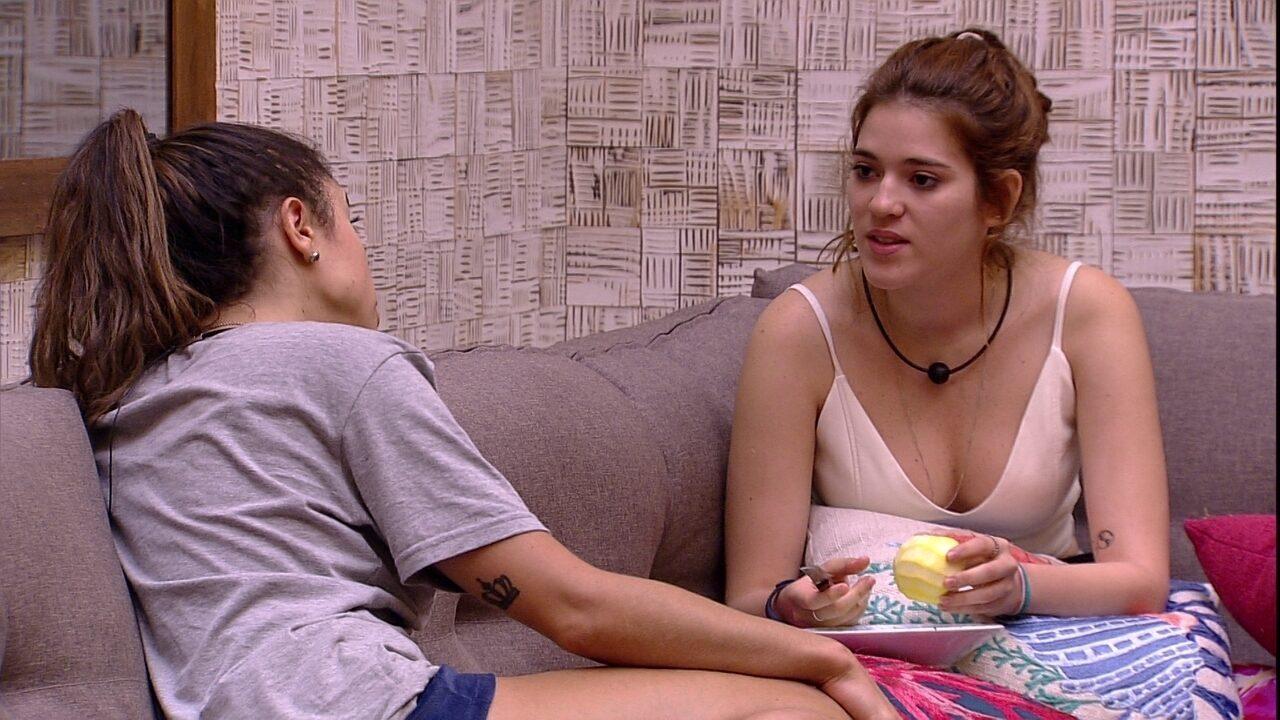 Ana Clara conta para Paula que Mahmoud está chateado com Jéssica