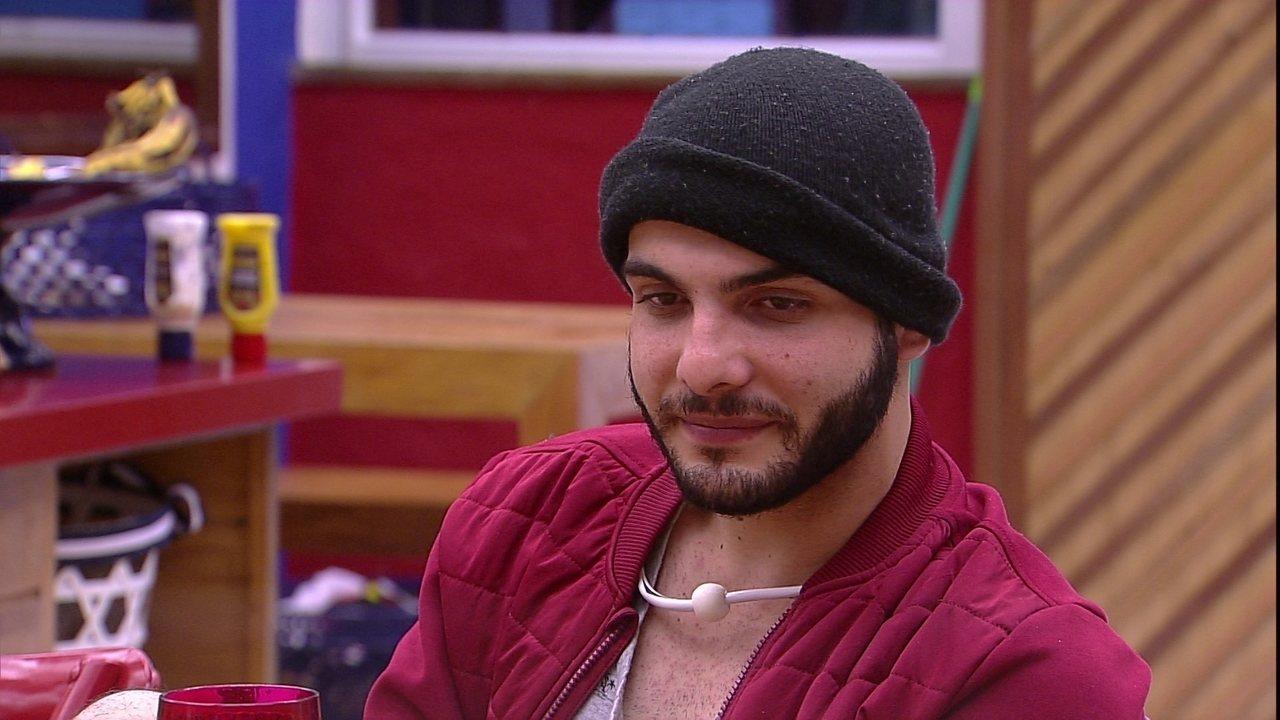 Mahmoud diz: 'Se eu levar 4 votos, vou dar 4 estalecas. Uma pra cada voto'