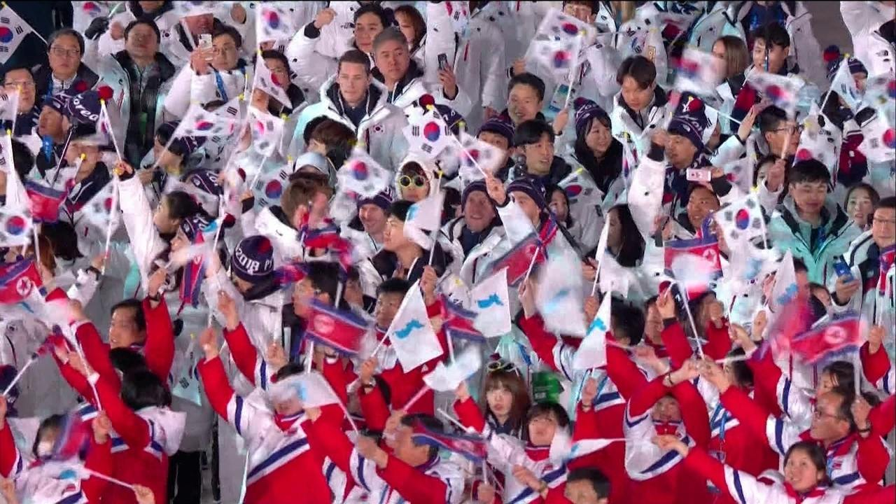 Delegações das duas coreias entram juntas na cerimônia de encerramento em PyeongChang