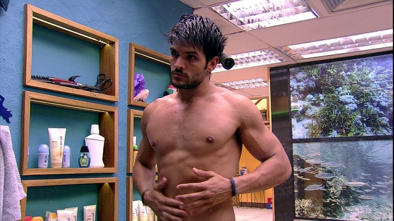 Lucas passa creme no corpo depois do banho