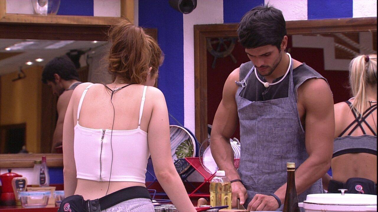 Lucas ensina Ana Clara a cortar cebola
