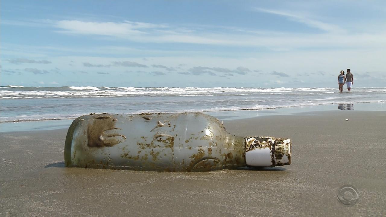 Moradores de Cassino, em Rio Grande, encontram garrafa jogada no mar há pelo menos cinco anos
