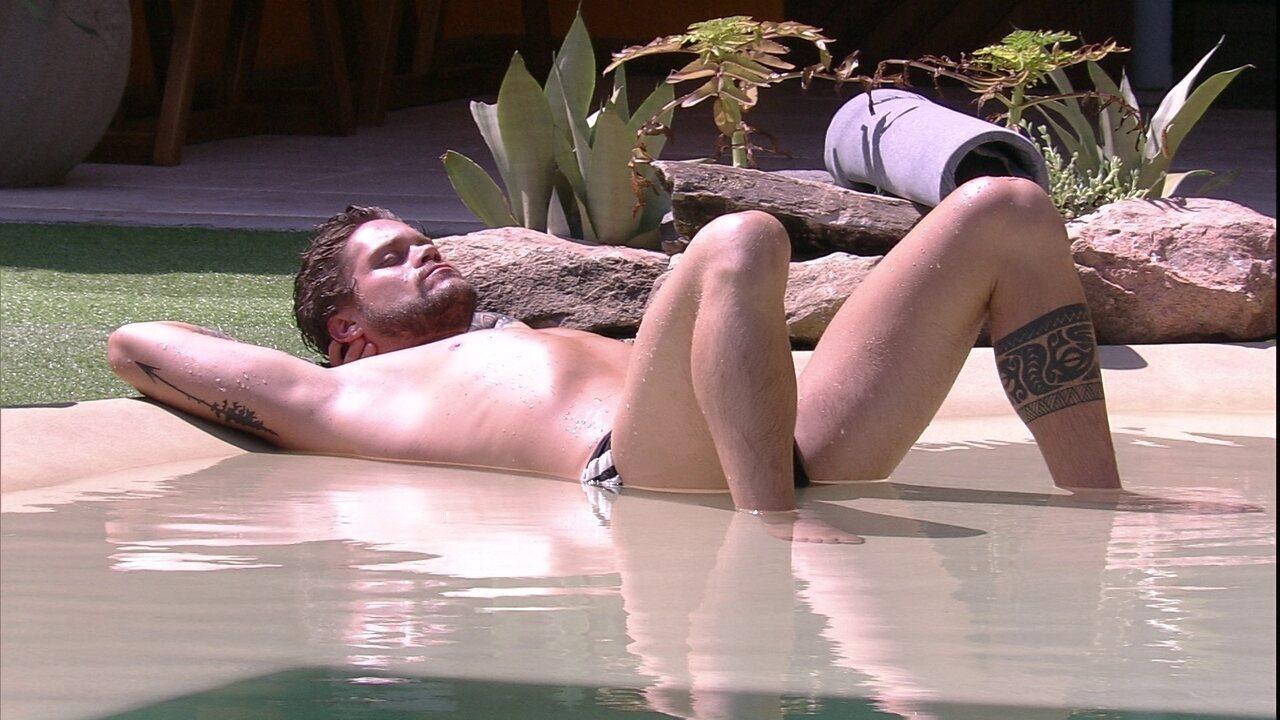 Breno toma sol na piscina