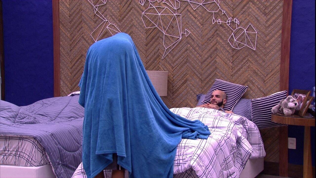 Ayrton troca de roupa e Mahmoud ri