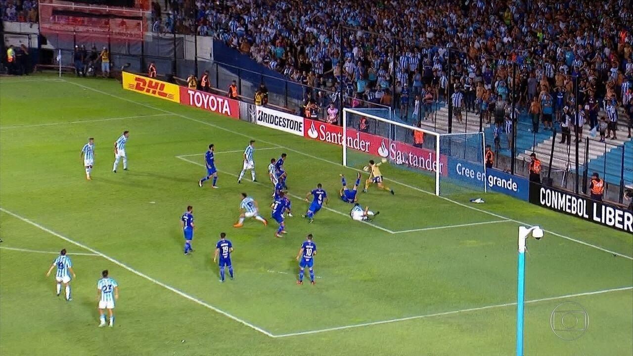 Cruzeiro leva três gols de bola parada em derrota para o Racing na estreia da Libertadores