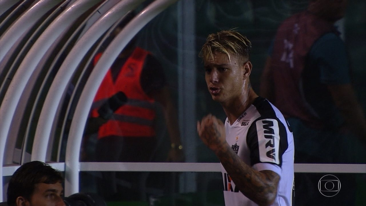 Róger Guedes reclama de substituição durante jogo do Atlético-MG com o Figueirense