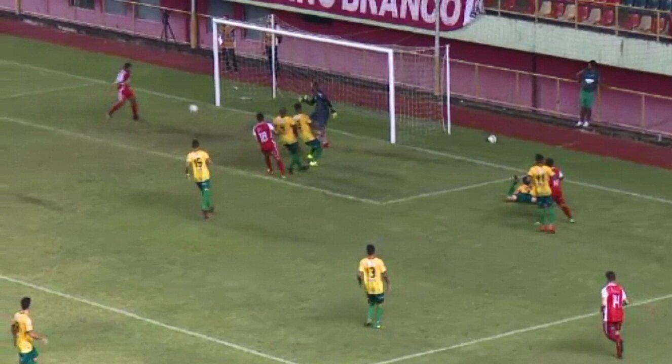 Rio Branco perdia por 2 a 0 quando Welton mandou a bola por cima do gol de Máximo