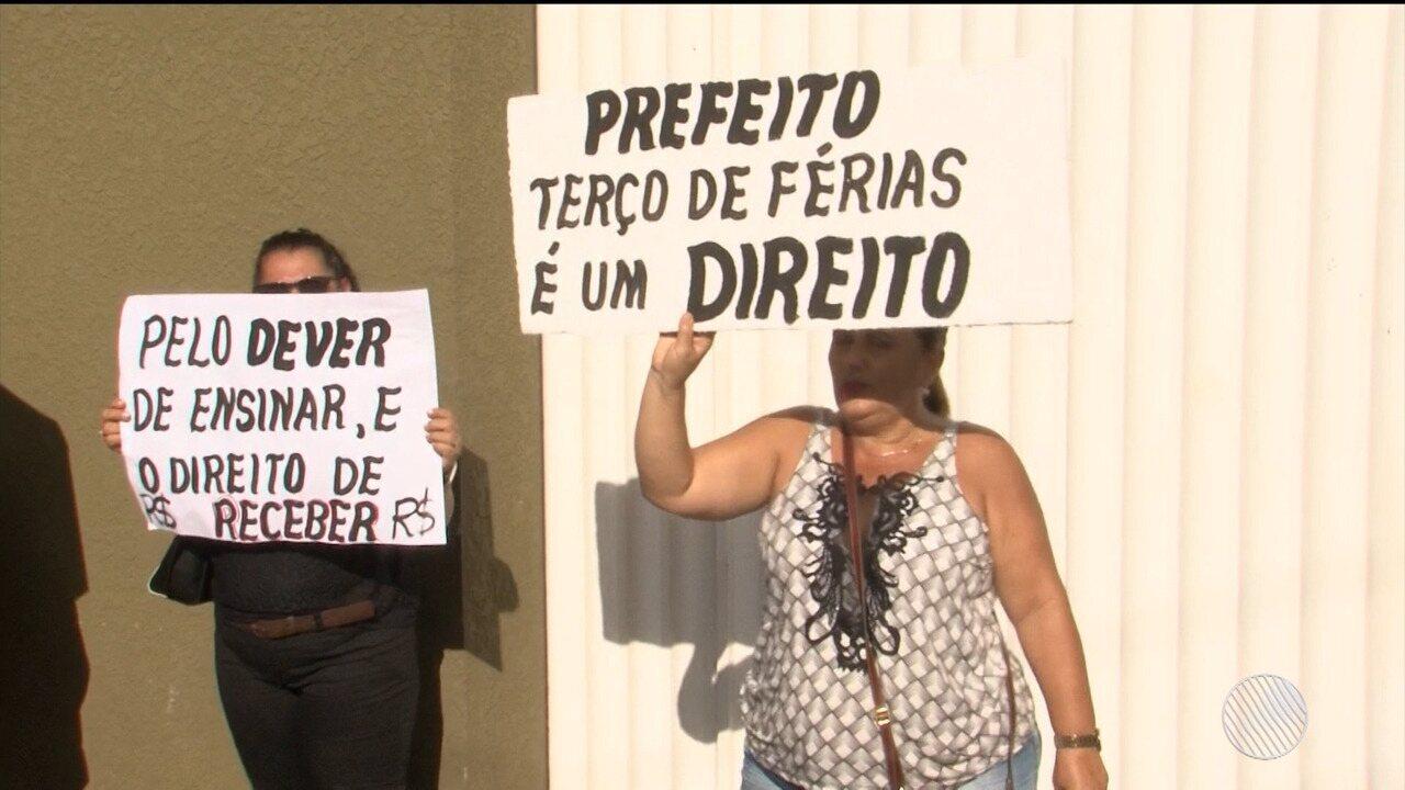 Professores da rede municipal de ensino protestam pelo pagamento de salário em Itabuna