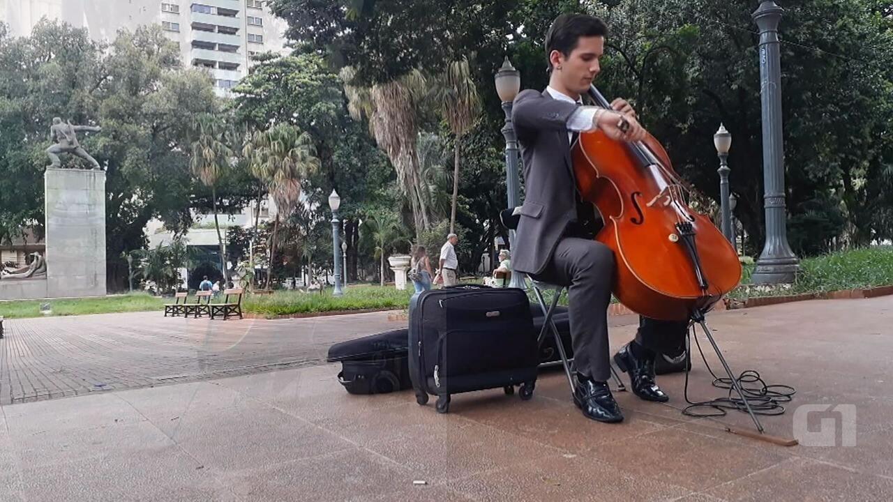 Jovem músico executa versão de 'Evidências' no violoncelo em Ribeirão Preto, SP