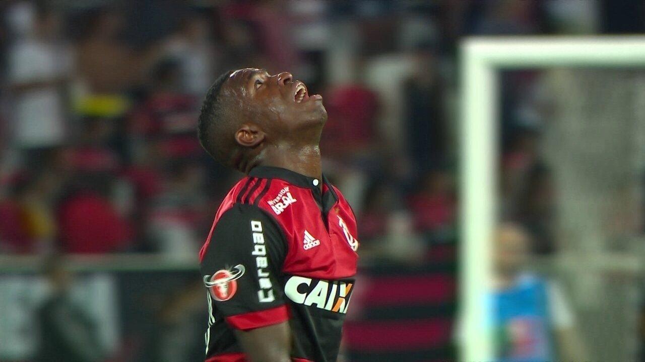 Expulso! Vinicius Junior dá entrada dura e recebe o vermelho com 36'do 2º Tempo