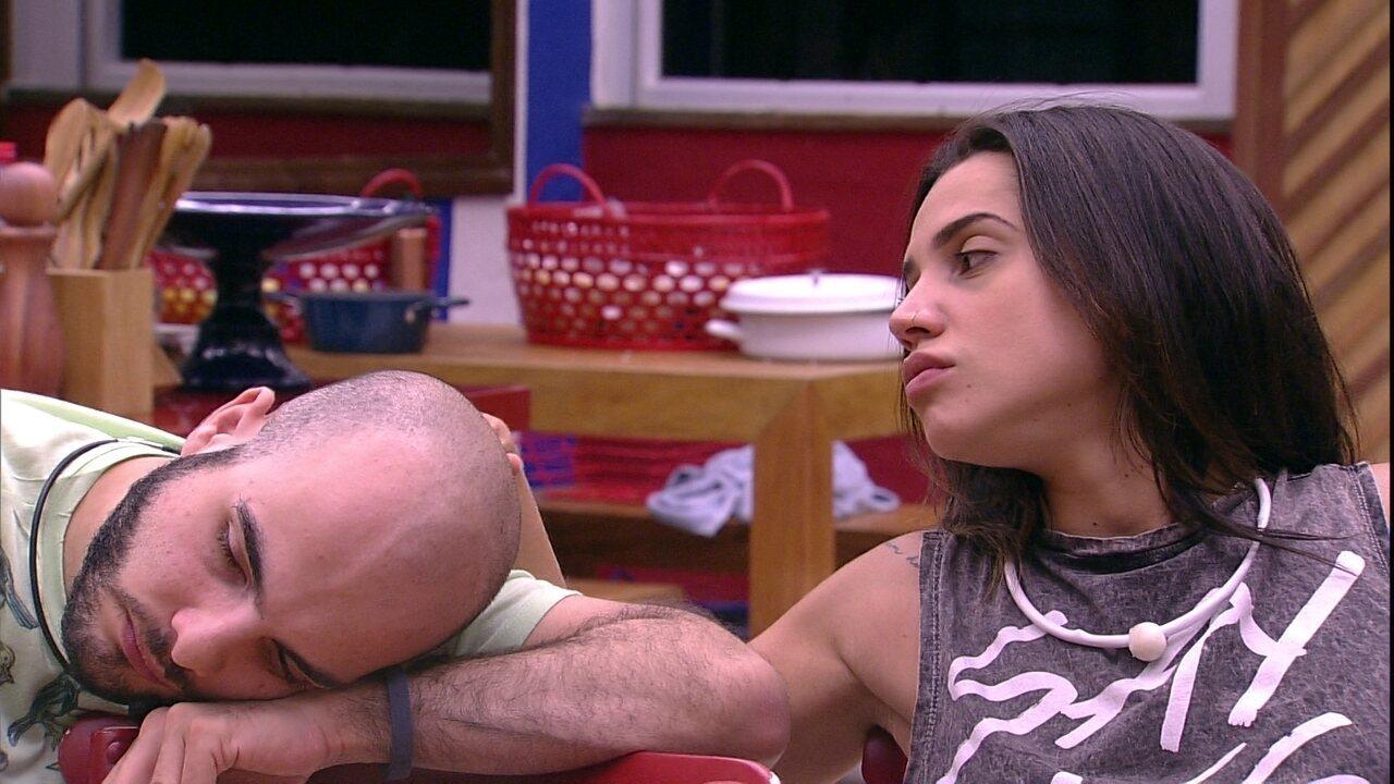 Paula faz carinho em Mahmoud após brother declarar carência