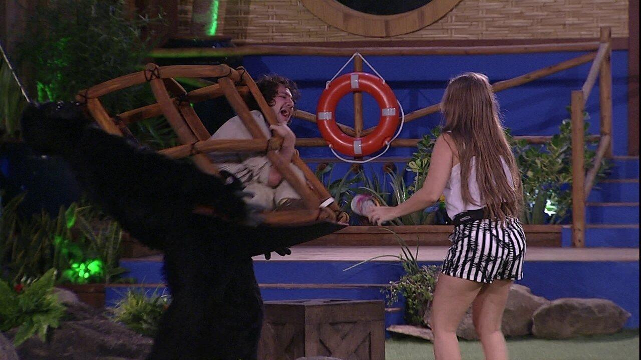 Diego cumpre Castigo do Monstro e brinca: 'Esse macaco luta capoeira'