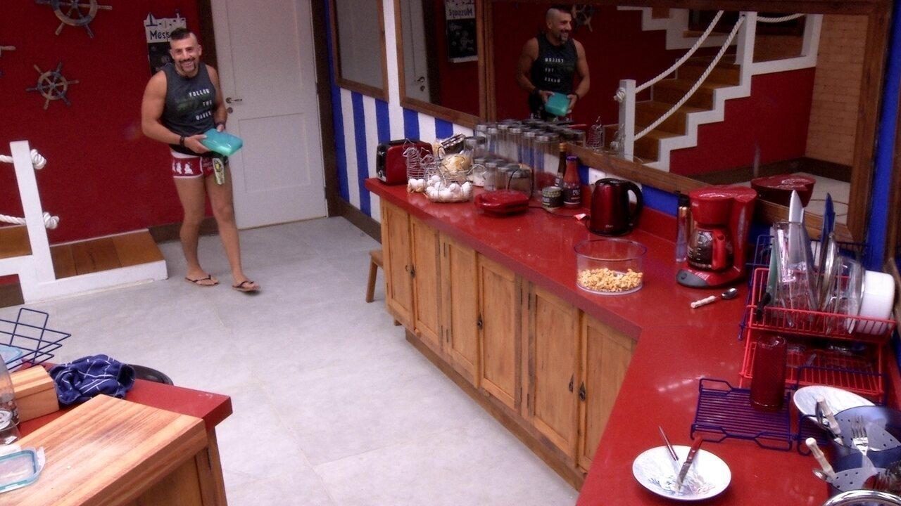 Kaysar passa pela cozinha, não fala com ninguém e Caruso brinca: 'Bom dia pra você também'