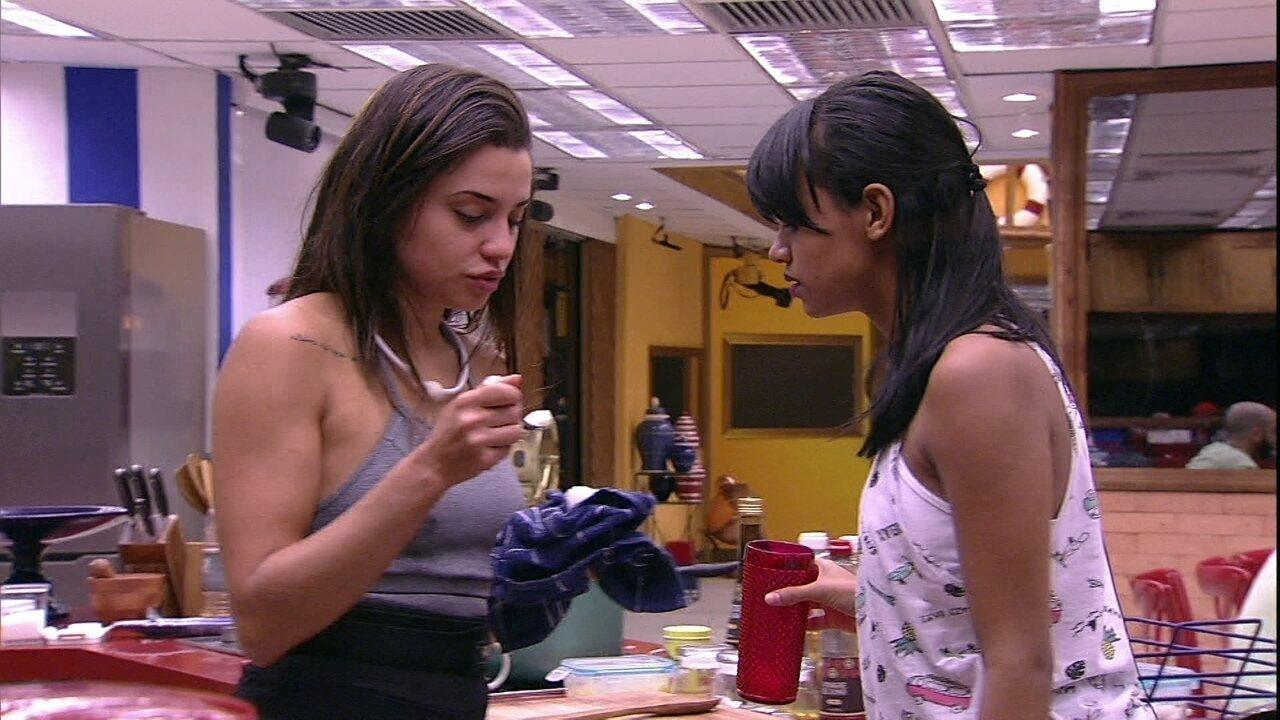 Paula oferece ovo para Gleici