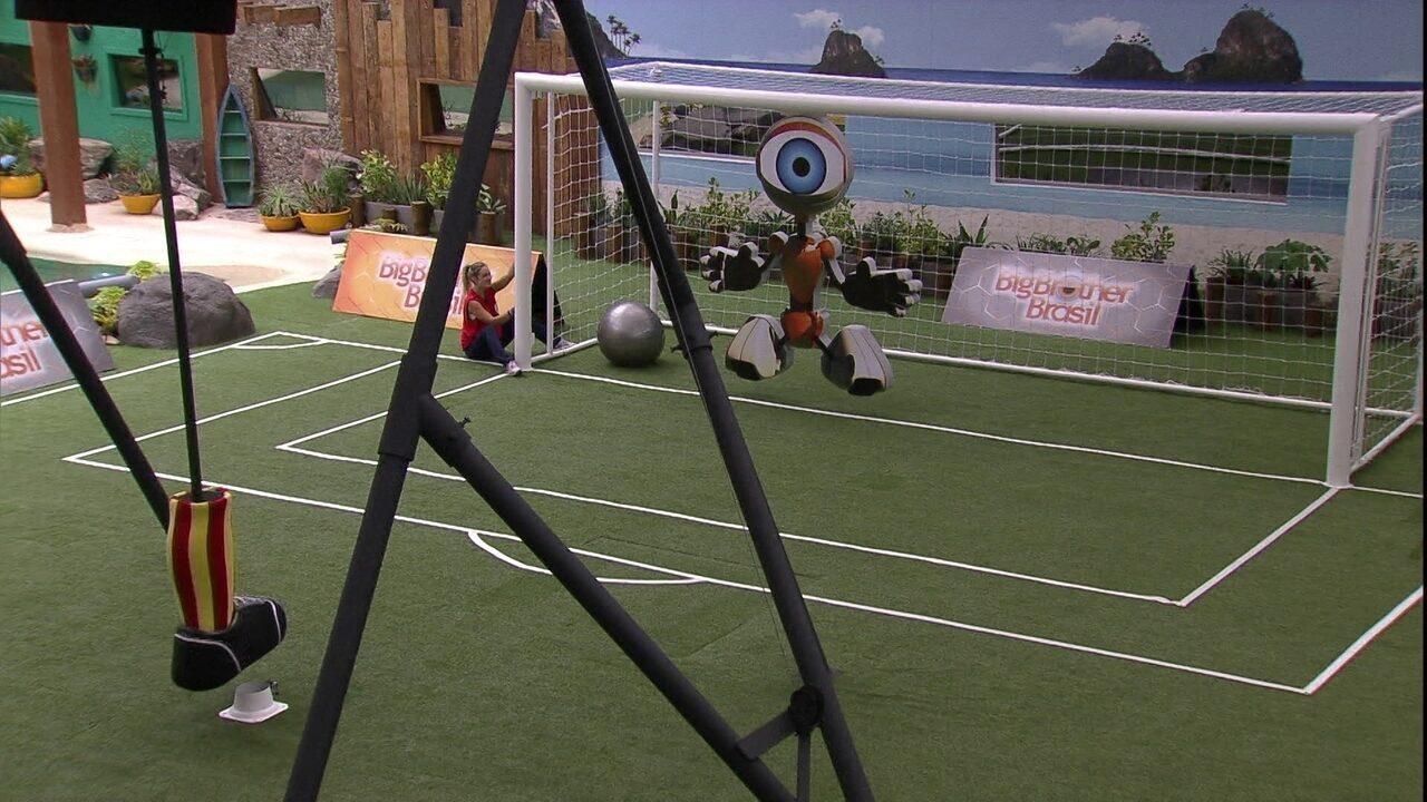 Tima amarelo sai na frente na Prova da Comida com gol de Gleici: 1 a 0