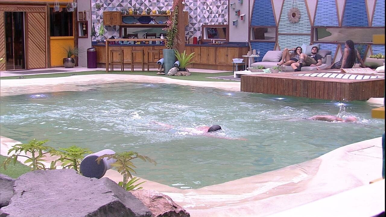 Kaysar e Caruso nadam juntos