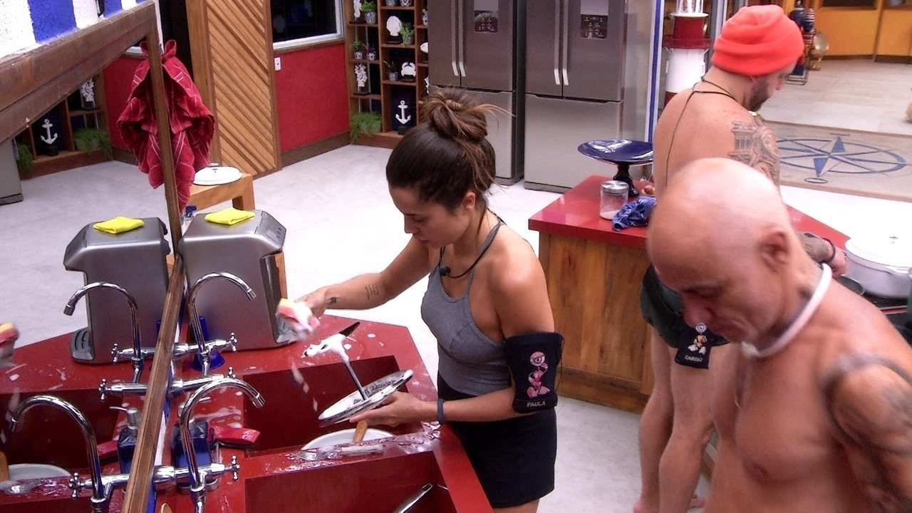 Paula lava a louça, enquanto Caruso e Viegas se preparam para cozinhar