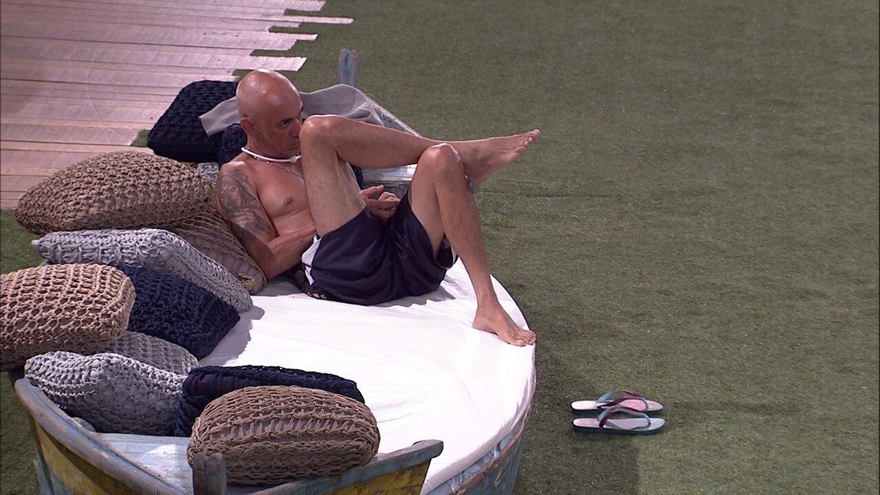 Ayrton se isola e fica pensativo no barquinho do jardim