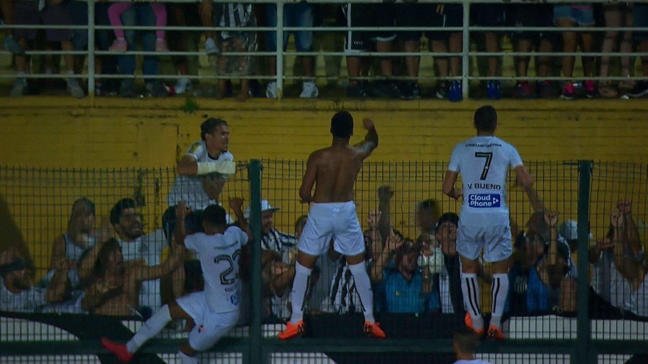 Gol do Santos! Cássio soca a bola para meio da área e Diogo Vitor chuta forte aos 42 do 2º