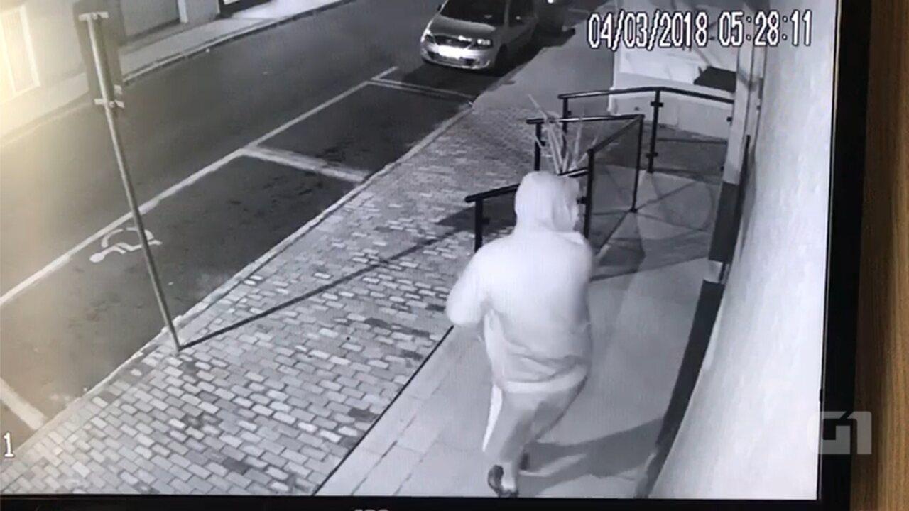 616c4bd0f736e Câmeras de segurança flagram ladrão com máscara do personagem Visão durante  furto