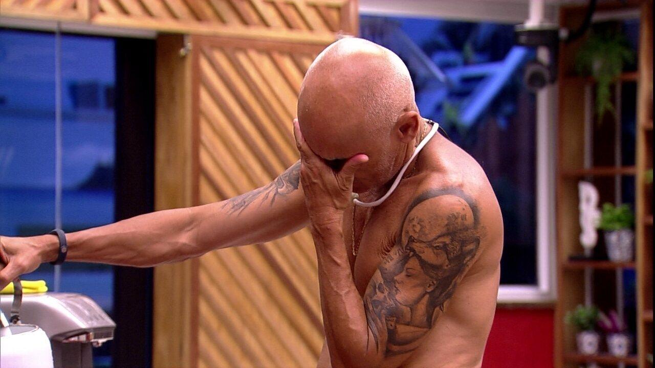 Ayrton chora após usar utensílio do Tá com Tudo