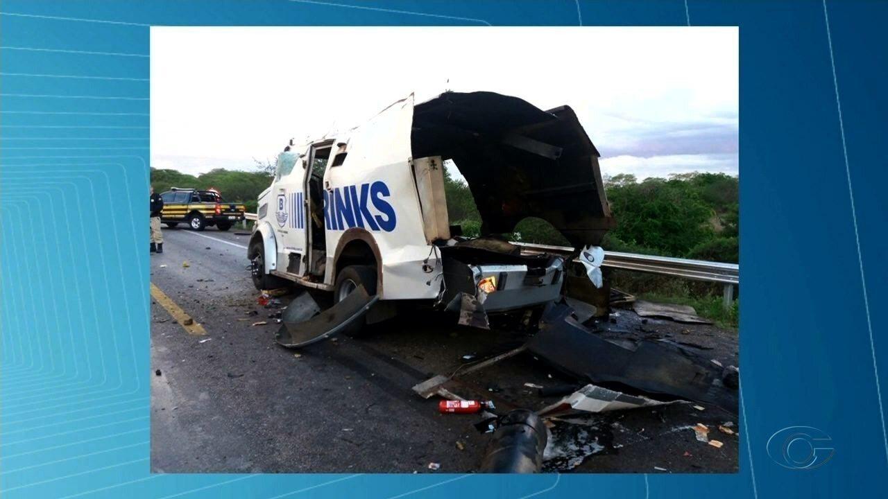Bandidos fortemente armados explodem carro forte em trecho da BR-423, em Inhapi