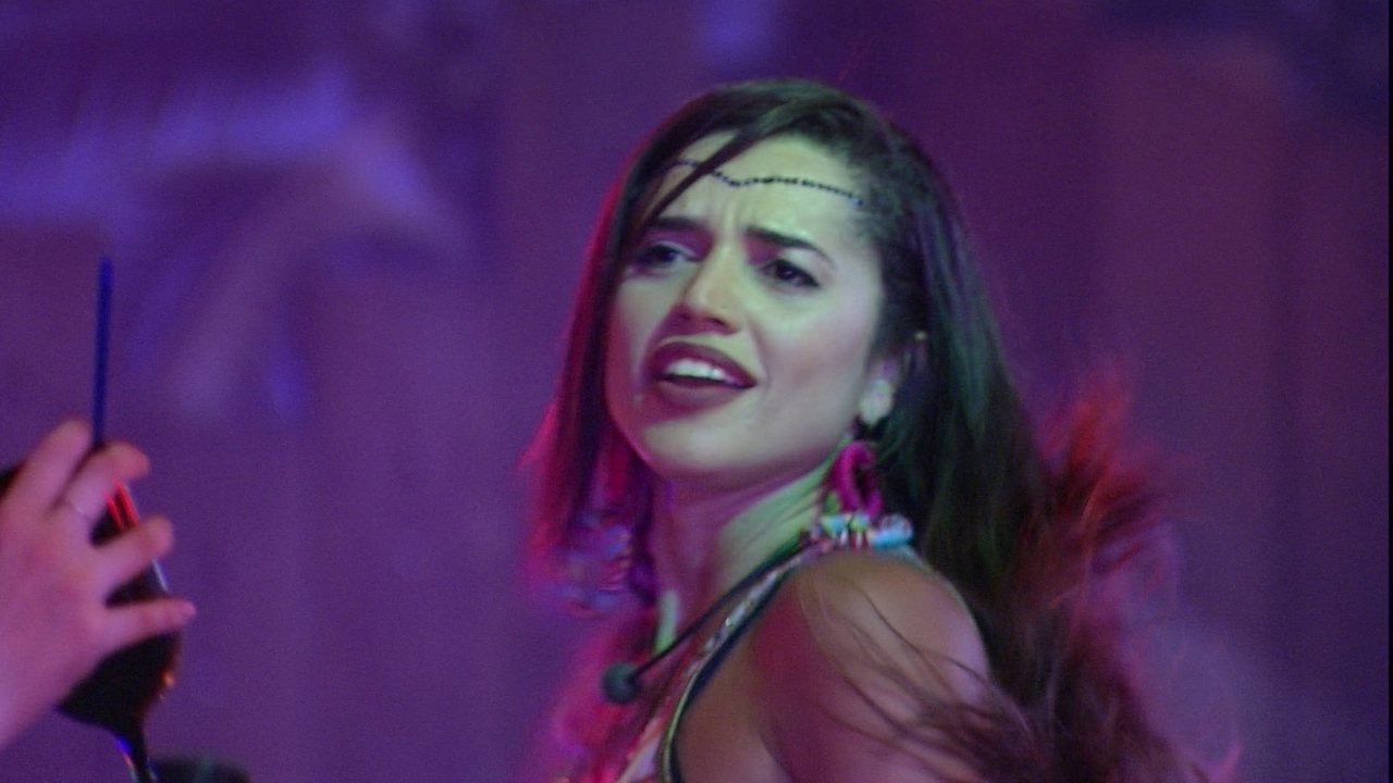 Paula sensualiza ao som de 'Gordinho Gostoso'