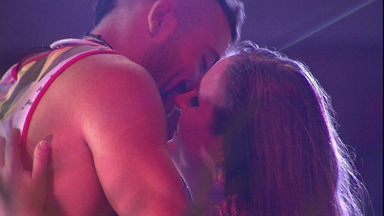 Patrícia e Kaysar se beijam na Festa Axé