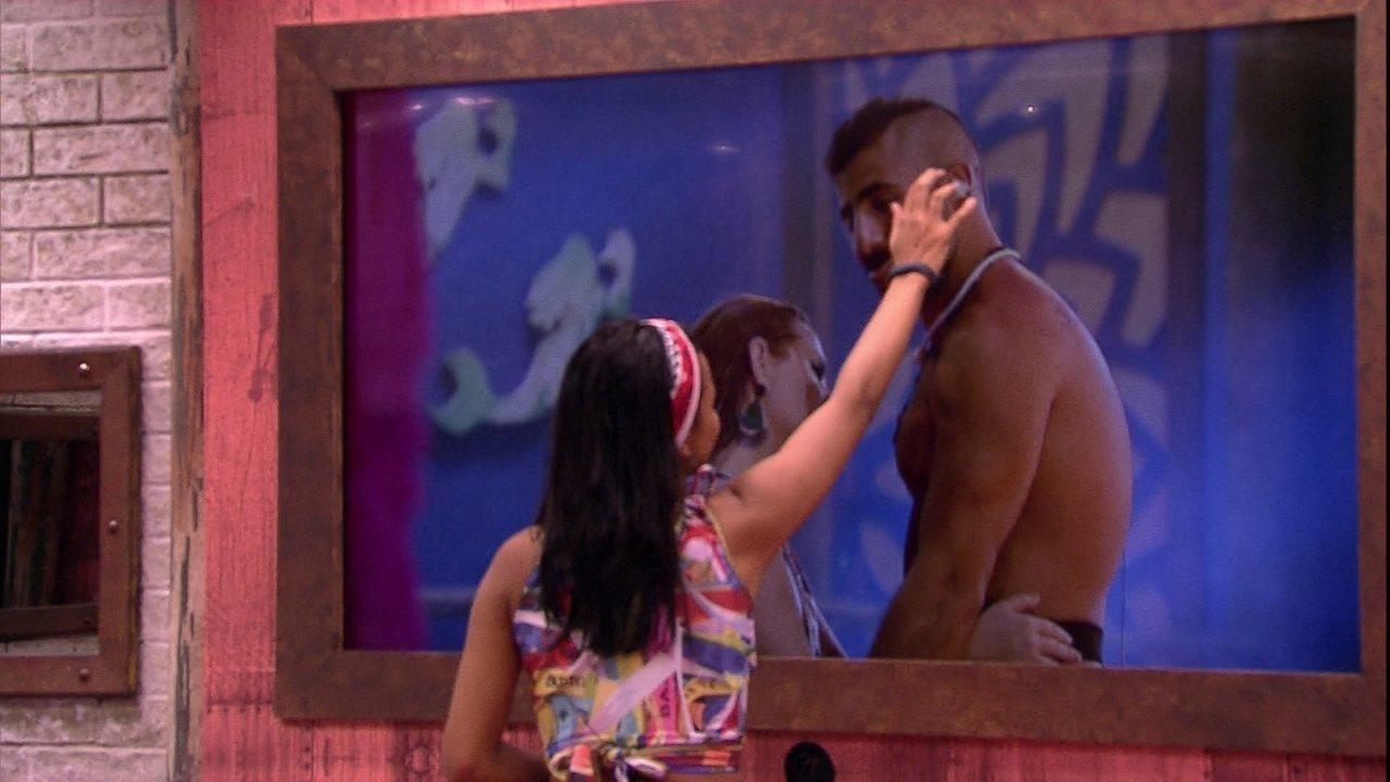 Gleici faz carinho no rosto de Kaysar pela tela da TV