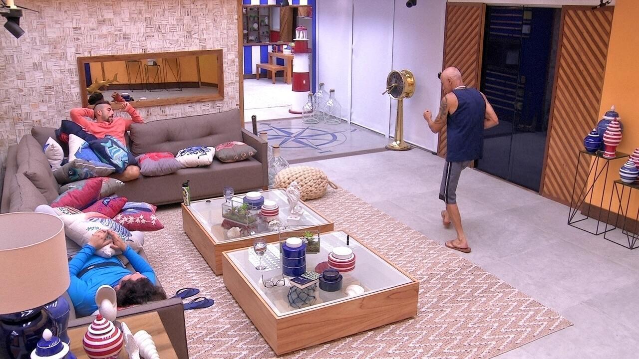 Ayrton dança na sala ao som de 'Happy'