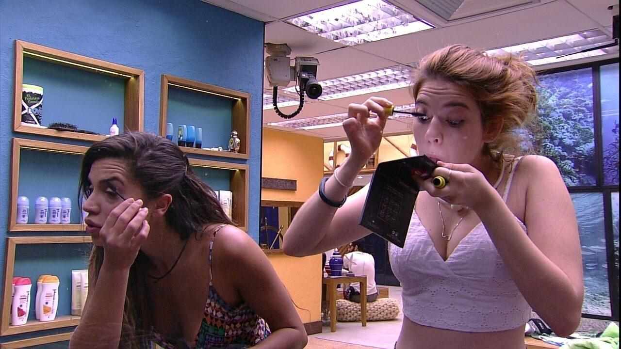 Ana Clara e Paula passam maquiagem no banheiro