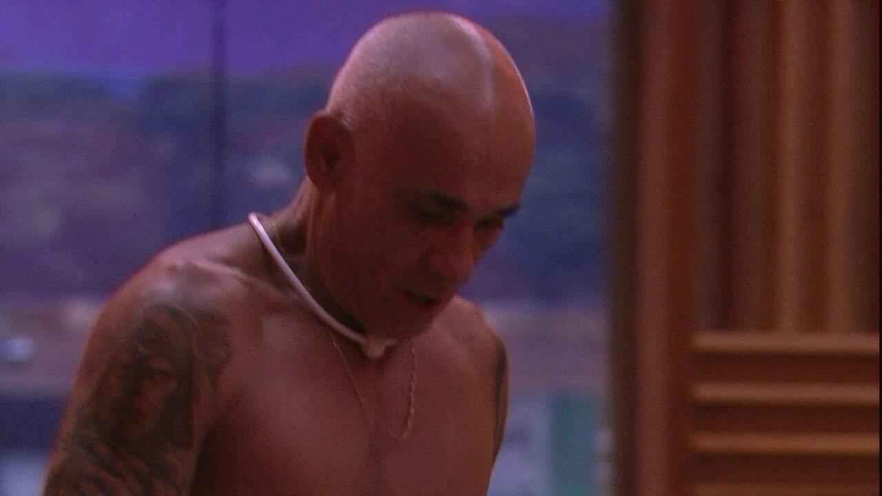 Ayrton fala para si mesmo: 'Rejeição, nego me zoando, problemas com Ana, saudade da Eva