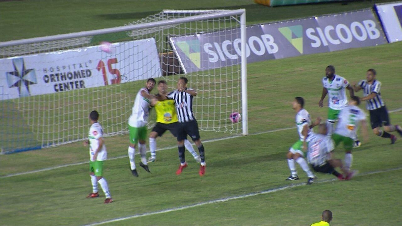 Não valeu! Ricardo Oliveira testa pro gol, mas juiz dá falta no lance, aos 29 do 2º tempo
