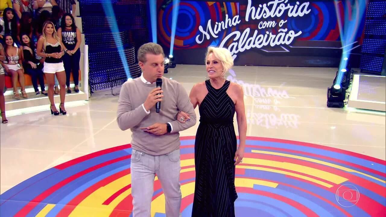 Luciano Huck recebe Ana Maria Braga no palco do 'Caldeirão'