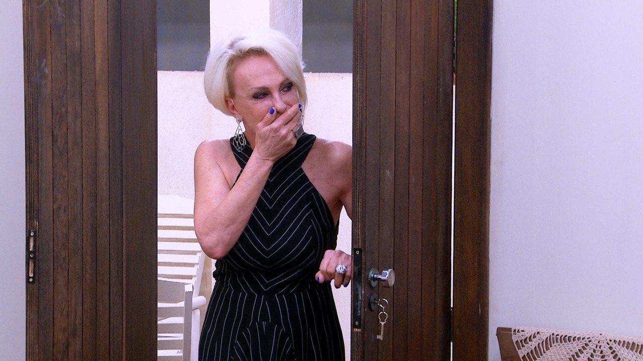 Ana Maria Braga se emociona ao visitar réplica de casa da infância