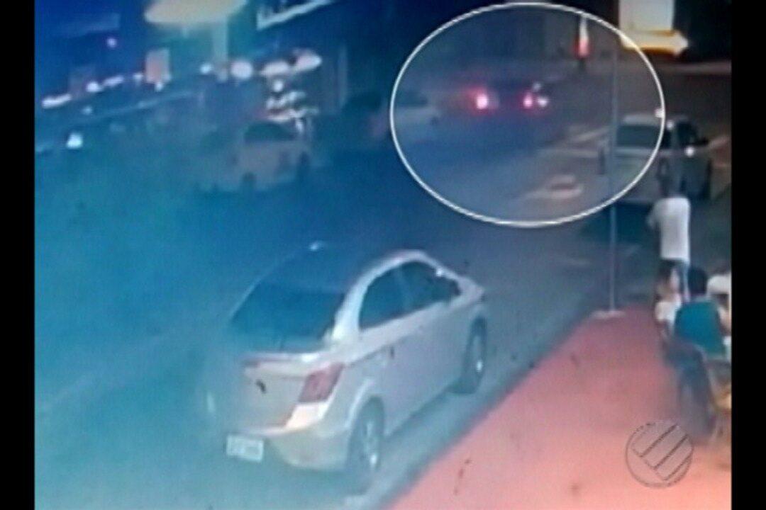Vídeo mostra o momento em que o motorista avança o sinal e bate em outro veículo.