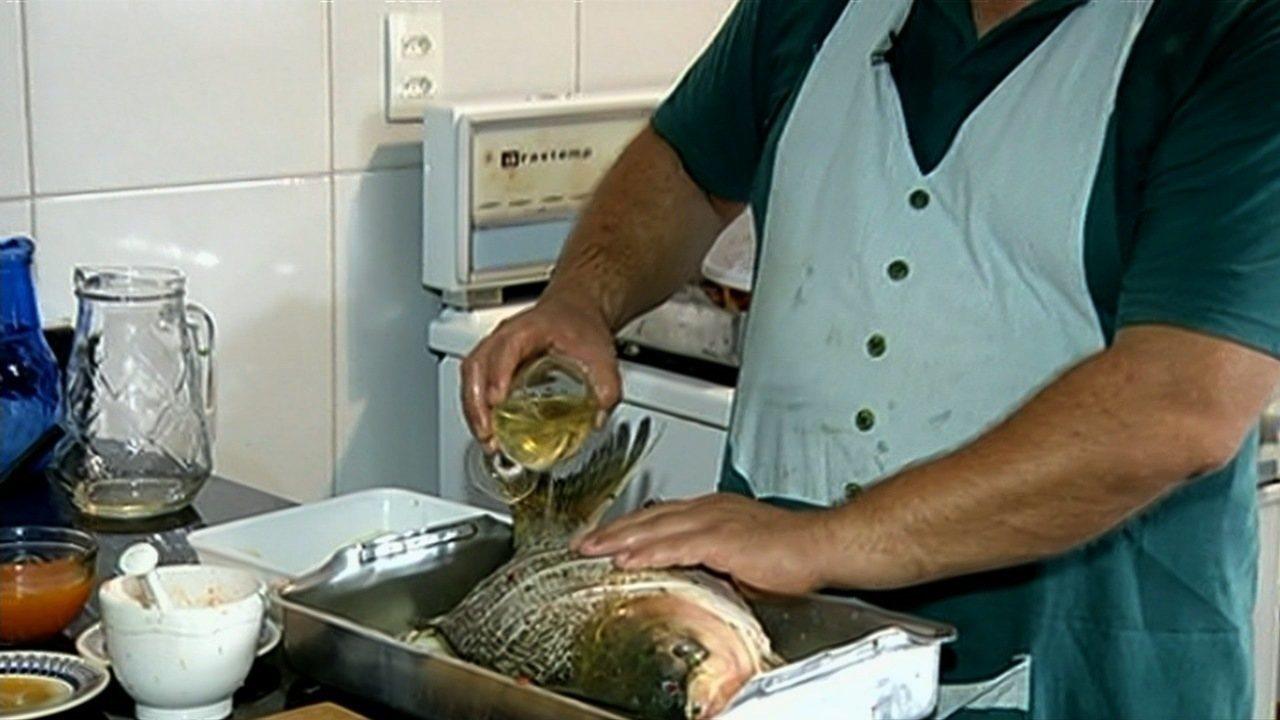 Veja uma receita de peixe com vinho ao molho de maracujá