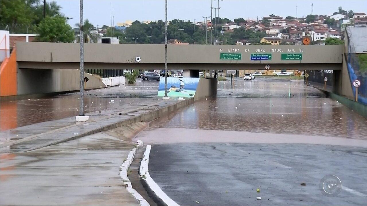 Chuva causa alagamentos em Bauru e interdita trecho da avenida Nações Unidas