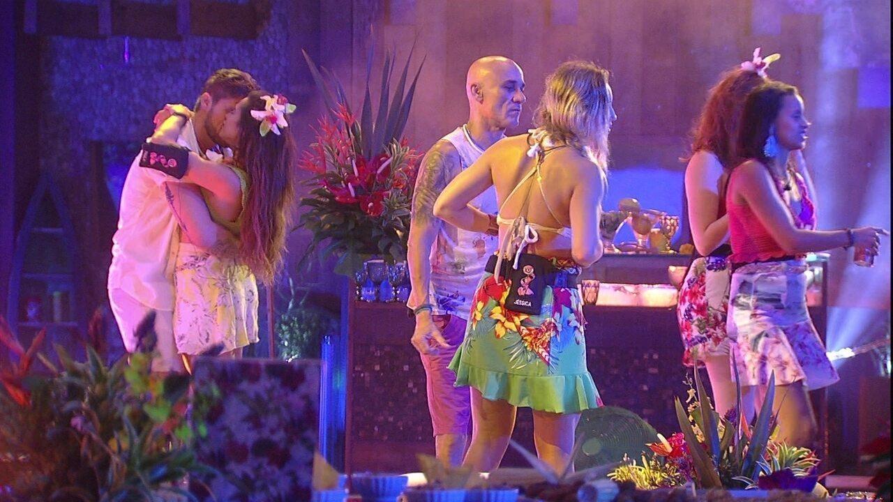 Breno e Paula se beijam ao lado de Ana Clara