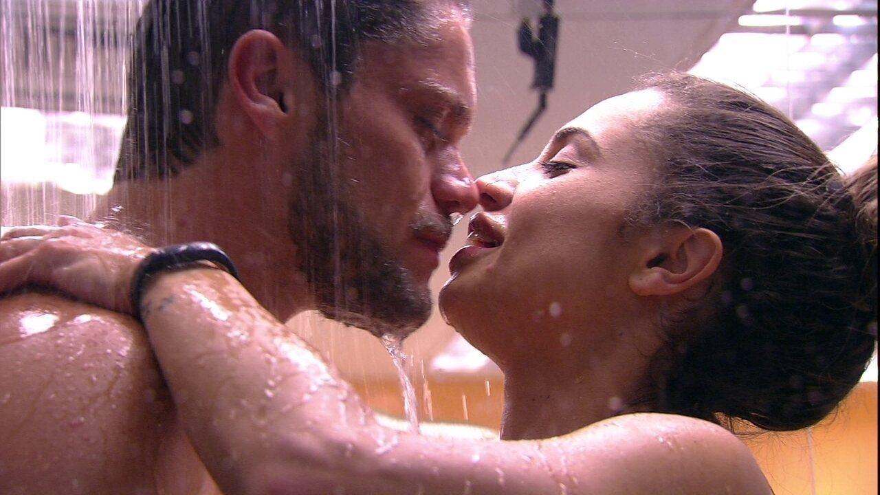 Paula e Breno se beijam durante banho
