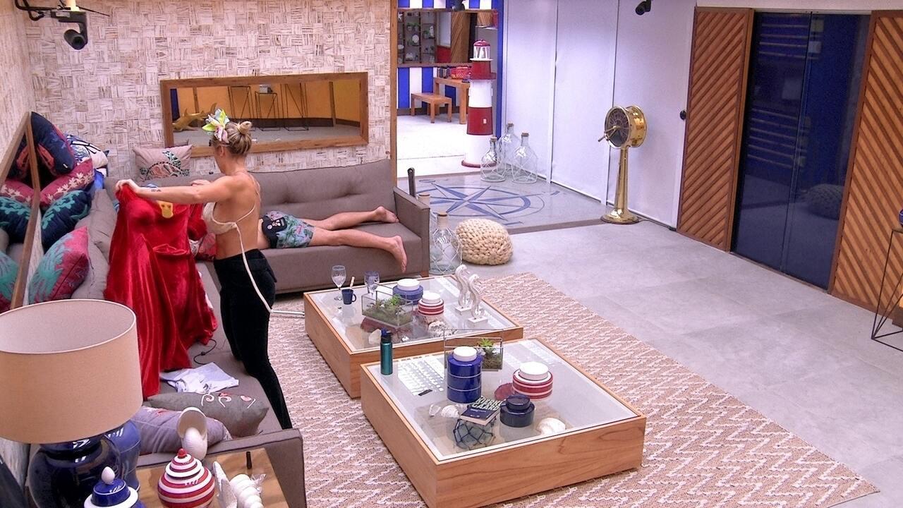Jéssica troca de roupa na sala