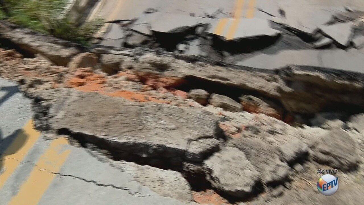 Trânsito segue impedido em ponte na BR-265, em Nazareno (MG)