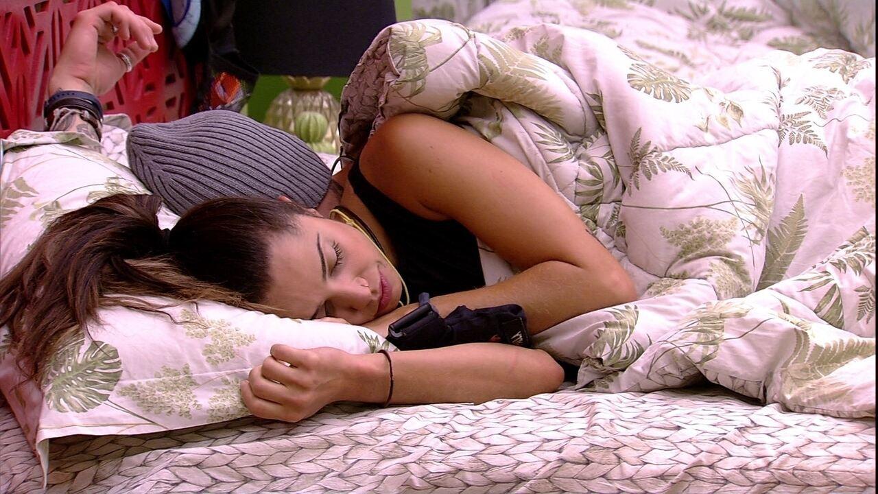 Paula deita na cama com Breno e os dois dormem de conchinha