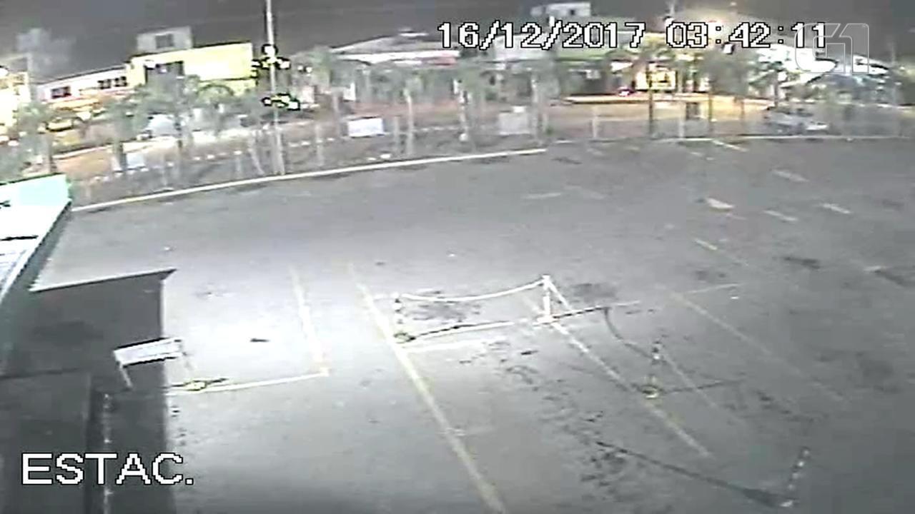 Câmera de segurança registra momento em que o corpo da vítima é abandonado em Porto Alegre