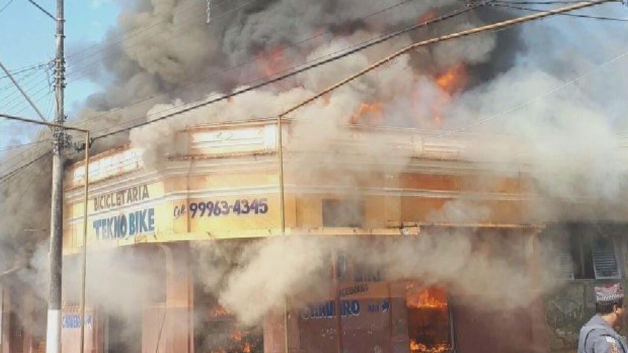 Incêndio destrói casa e bicicletaria em Rincão, SP