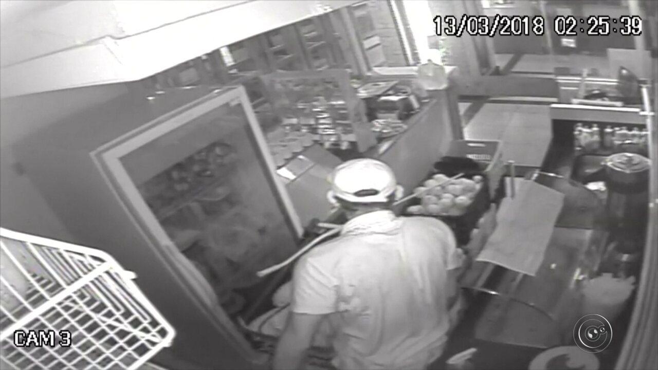 Câmeras de segurança flagram dupla assaltando lanchonete em Marília
