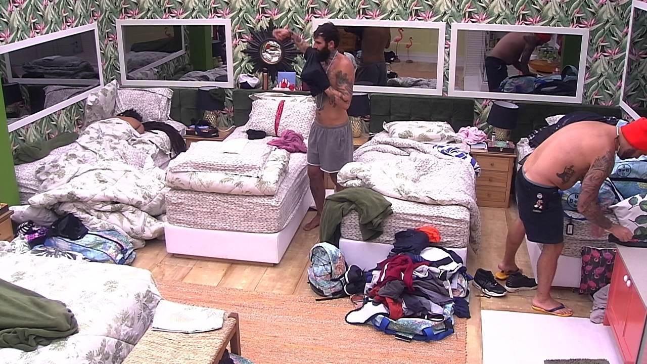 Caruso organiza suas malas no 'Quarto Tropical'