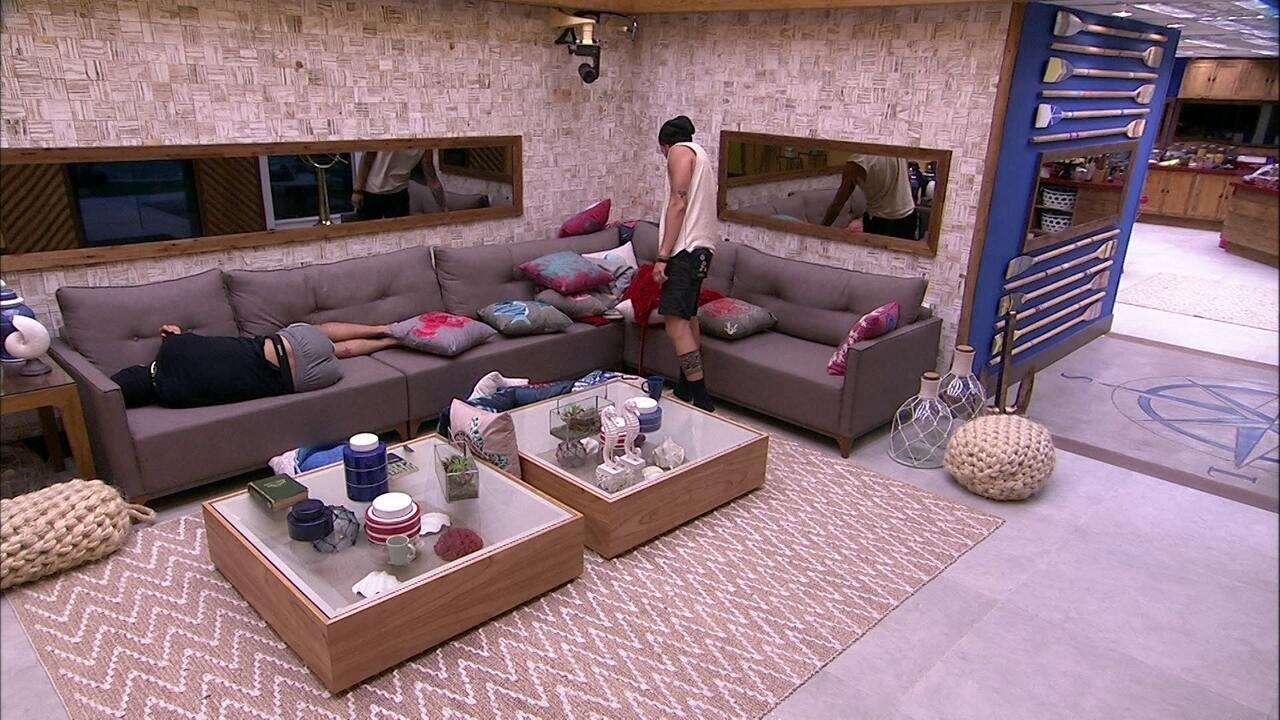 Breno encontra Ana Clara escondida debaixo almofadas e ri