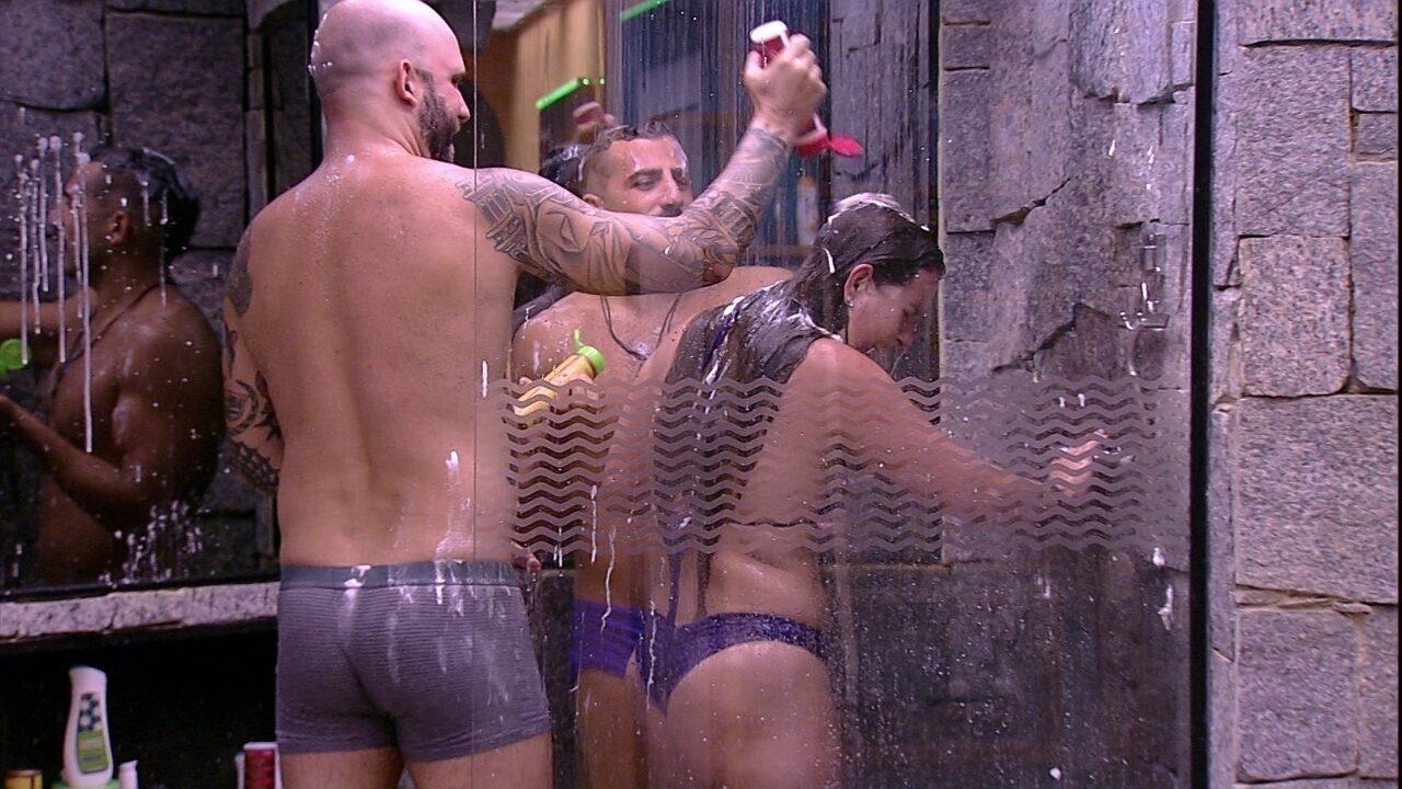 Kaysar, Patrícia e Caruso brincam debaixo do chuveiro