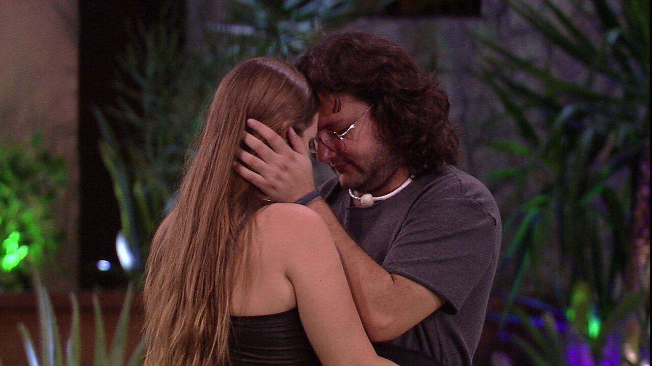 Diego e Patrícia se abraçam no jardim